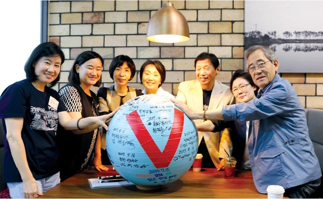 왼쪽부터 서초구자원봉사센터 김유미 부장, 오영수 센터장, 전미자·성병숙·이정택·박경남·남일우 봉사자